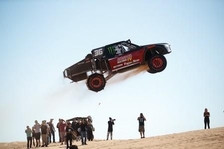 砂漠でトラックとバイクが…