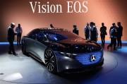 メルセデスの近未来EVサルーン「EQS」は940個のLEDがグリルを妖しく演出する