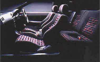 「BZ-R」と「BZ-G」には専用スポーツシートを用意。レカロシートもメーカーオプションで選べる。「BZ-R」には195/55R15インチタイヤにアルミホイールが標準装備となる。