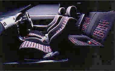 ファブリック・スポーツシートがホールド性を高めてくれる。「BZ-R」にはクオーターウインドウ、リアウインドウにプライバシーガラスが採用されている。