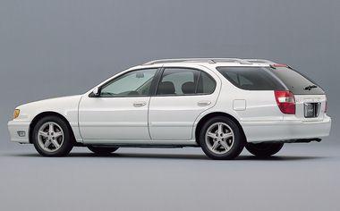 全車ルーフレールを標準装備。バックドアにはガラスハッチ用意されていて使い勝手がよい。バックドアのコーナーピラーはガラスの内側でブラック塗装してあり、プレスドアのフォルムきれいに見せる効果があるようだ。タイヤサイズは205/65R15が標準で「スポーティパッケージ」では215/55R16サイズでスポーツタイプアルミホイールが標準装備となり、フロントグリルも専用のものとなる。