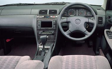 全車フルレンジ電子制御4ATを採用。「クールジングG」ではウッド・本革のコンビステアリングホイールを装着している。また、同グレードには6スピーカーのセフィーロスーパーサウンドシステムCDセレクションが標準装備となる。センタークラスターは木目調パネルを採用。「スポーティーパッケージ」ではブラックウッド調パネルに変更される。