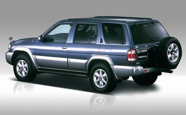 16インチアルミホイールを全車標準装備。タイヤサイズは245/70R16を採用。(ガソリン車とエアロリミテッドパッケージは255/65R16)背面スペアタイヤキャリアはメーカオプションの設定となる。4WDシステムは油圧式多板クラッチによる電子制御トルクスプリットタイプで、ほぼ後輪駆動の状態から前後50:50まで連続してコントロールできる。トランスミッションは、すべて4AT。