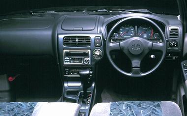 コクピットはまさに高級乗用車の感覚。高いアイポイントが視界をひろげてくれる。前席は、アームレスト付コンソールボックスを備え、リアにもセンターアームレストを標準装備。(「R3m-V」を除く)リアシートは、6:4分割可倒タイプだ。バックドアには、ガラスハッチを採用し、荷物の出し入れを簡単にしている。