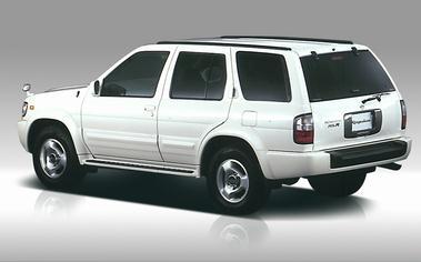アルミホイールは16インチ・レグラス専用デザイン。タイヤサイズは255/65R16となる。テラノとの違いは、フロントマスクのデザイン(プロジェクターキセノンヘッドライトを標準装備)やリアコンビランプのデザイン、サイドガイドモールのデザインといったところ。また、サイドステップもテラノに比べ、大き目のものを採用している。