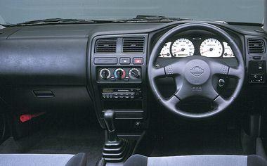 3ドアも含めてほぼ共通といってよいインパネデザイン。「VZ-R」のみスポーツタイプ4本スポークステアリングを装着している。