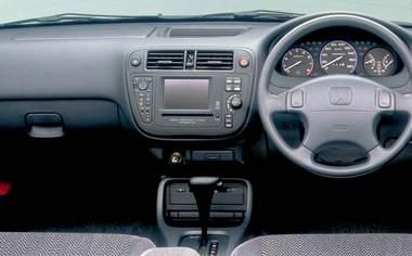 個性的なヘリンボーン柄のシート地など、細部にこだわった上質なインテリア。メーターやスイッチなどはシンプルでありながら、使いやすさを配慮した、レイアウトになっている。