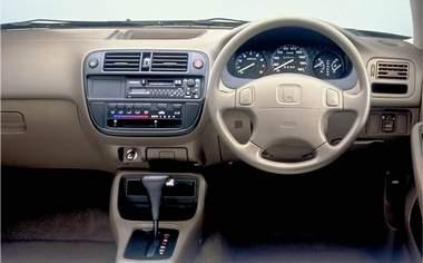 運転席のマニュアルハイトアジャスターとチルトステアリングの併用で、適切なドライビングポジションが得られる。メーターの視認性、スイッチの操作性も追及し、アンチストレスなドライバー環境を実現。
