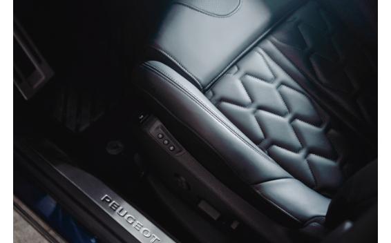 GT(レザーパッケージオプション装着車)