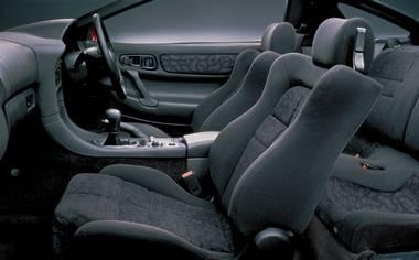 ツインターボのミッションはゲトラグ社製6速マニュアルのみ。運転席は8ウェイの調節機構を 持つスポーツシートを装備。デュアルエアバッグやサイドドアビームなど安全への配慮も万全だ。