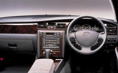 フルロジックオートエアコンを全車に標準装備。ダークな木目調パネルが落ち着いた雰囲気を醸し出す。DOHCシリーズ2グレードには、電動プリセットチルトステアリングが装備される。