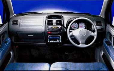 ワゴンRプラスは全車コラムシフト&ベンチシート。さらにフラットフロアなので、左右どちらからでも乗り降り可能。「XT」にはホワイトメーターを採用し、スポーティーさを演出している。