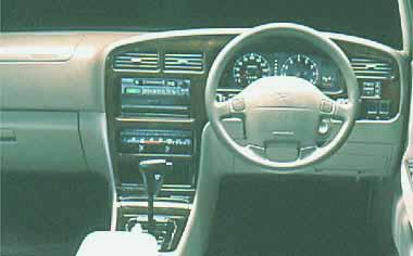 全車にデュアルSRSエアバッグを標準装備。エアコンは抗菌処理タイプ。木目調のセンターコンソールが、格調高い雰囲気を醸し出す。