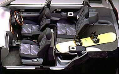 コンパクトなミニバン、パイザーのドレスアップバージョン「エアロダウンカスタム」。エンジンは パワフルで経済的な1600ccEFIで、人と荷物を満載しても、快適なドライブが楽しめる。