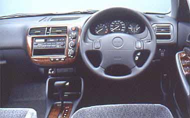 フロントシートのヒップポイントは少し高めに設定し、より広い視界を確保。メーター類の見やすさや、スイッチ類の操作性への細かな配慮が、ストレスのないドライビングスペースを生み出す。