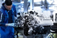 BMW、新型8シリーズ用のV8エンジンの生産を開始