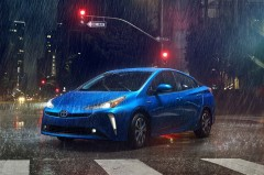 プリウスがマイナーチェンジ。オーソドックスなスタイルに電子式オンデマンド4WDを搭載