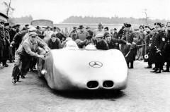 メルセデス、1930年代の技術の粋を集めた2台のビンテージカーを披露
