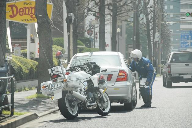 白バイが路肩に停車 ハンドルを右に切るのはなぜ?