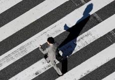 横断歩道での「ながら歩行」にご注意。青信号でも左右確認は欠かさずに